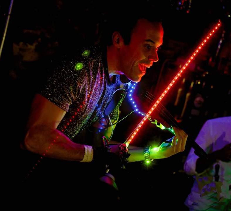 Óscar Electroviolin con luces en su espectáculo