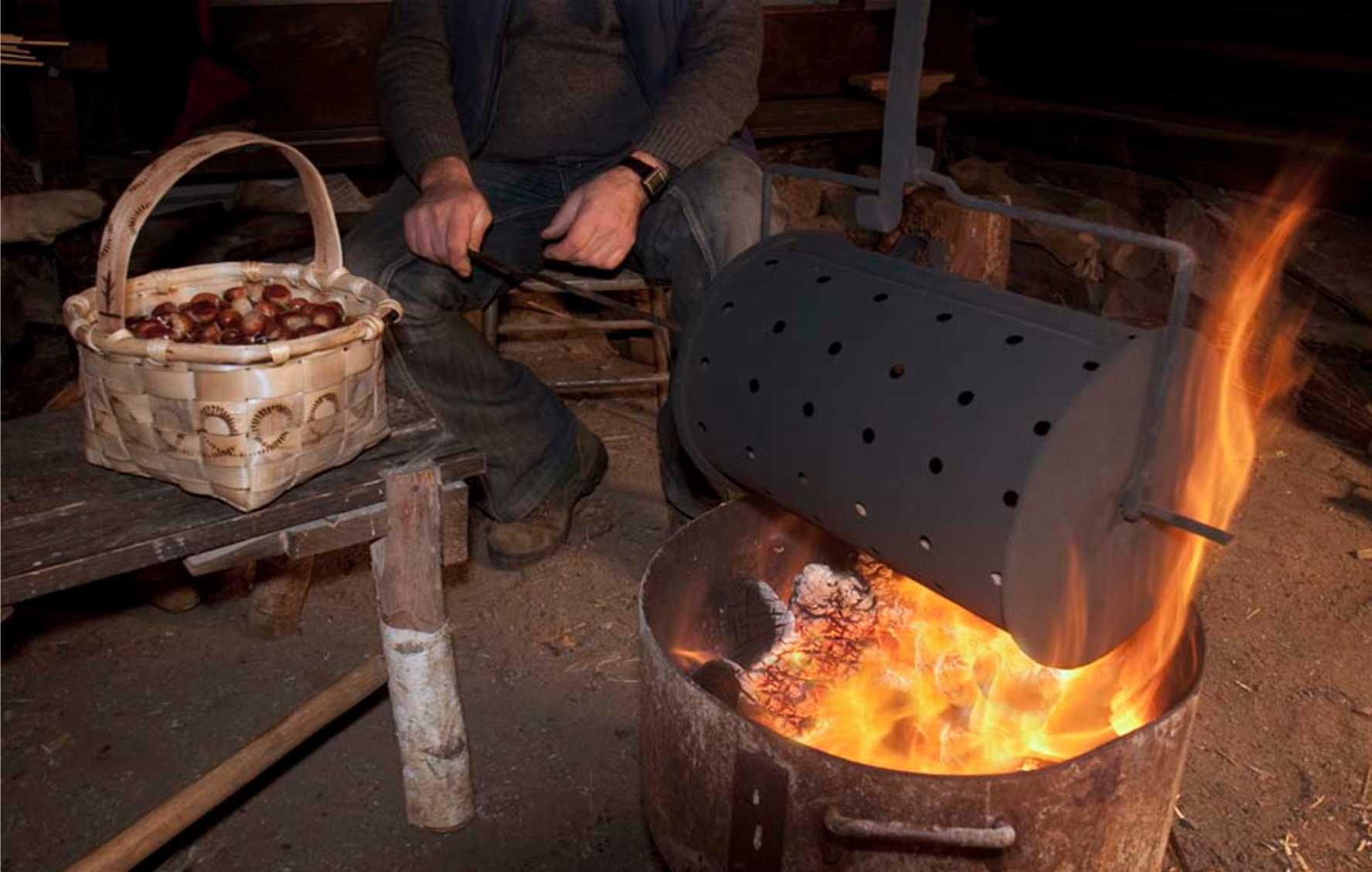 asando castañas para un magosto